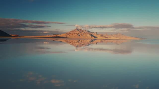 stockvideo's en b-roll-footage met flooded bonneville salt flats shot by drone, utah, united states of america - bonneville zoutvlakte
