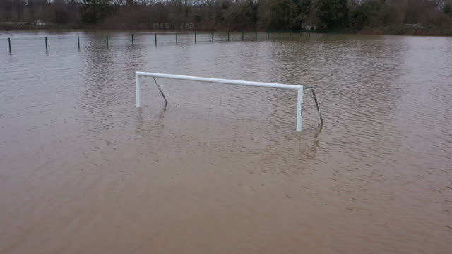 vidéos et rushes de flooded football pitch on the banks of the river severn following storm dennis on february 19 in worcester england storm dennis is the second named... - terrain de sport sur gazon