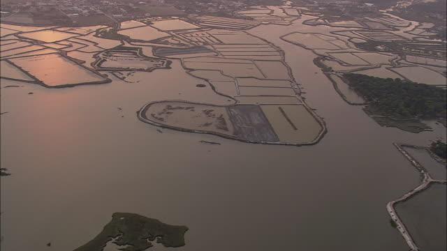 vídeos de stock e filmes b-roll de aerial ws flooded plains / setubal, setubal, portugal - portugal