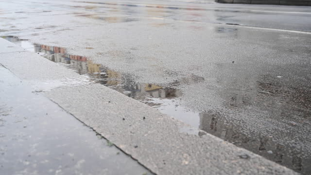 vídeos y material grabado en eventos de stock de flooded sidewalk next to a street traveled by motorcycle vehicles. view from a low point of view. berlin, germany. - asfalto