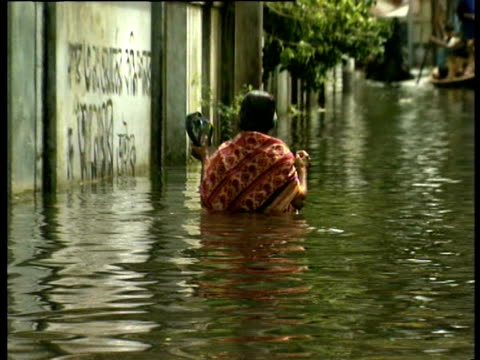 flooded streets in dhaka bangladesh - dhaka stock-videos und b-roll-filmmaterial