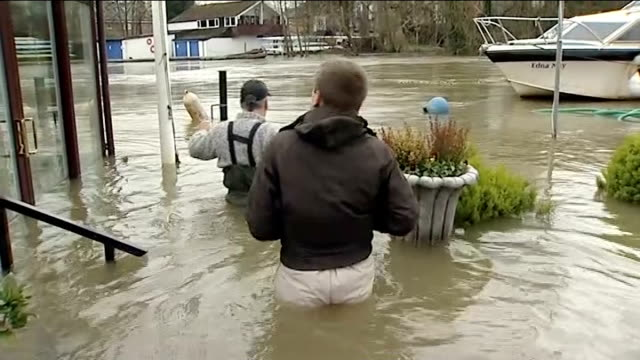 vídeos de stock, filmes e b-roll de 16 severe flood warnings across country shepperton hamhaugh island flooded field seen from inside moving car itn reporter and driver in front of car... - moving activity