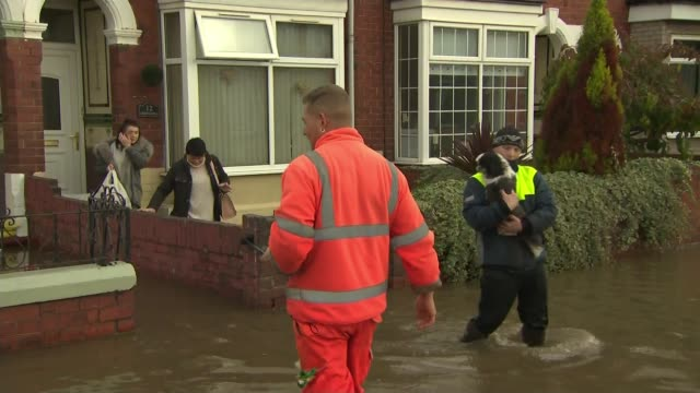 vídeos y material grabado en eventos de stock de flooding across parts of england after a month's worth of rain falls in one day uk south yorkshire flooding in doncaster england south yorkshire... - yorkshire