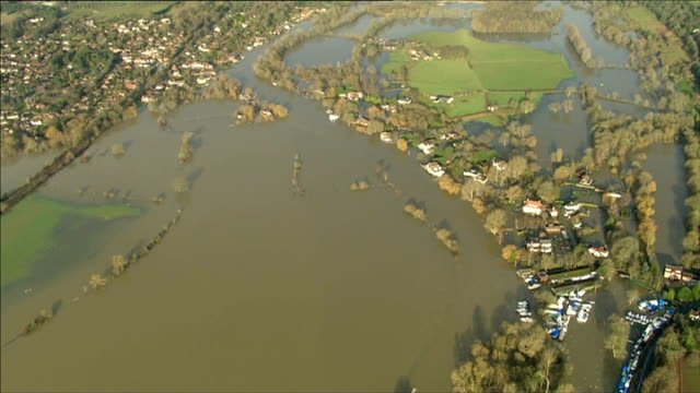 areas still at risk from rising river levels; wargrave: air view / aerial flooded countryside around town air view / aerial flooded homes, including... - paul daniels stock videos & royalty-free footage