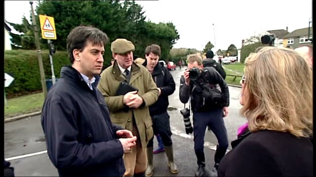 flooding continues in south and south west england ed miliband visits wraysbury miliband thanking emergency workers natsot / miliband chatting to... - ジュリー エッチンガム点の映像素材/bロール