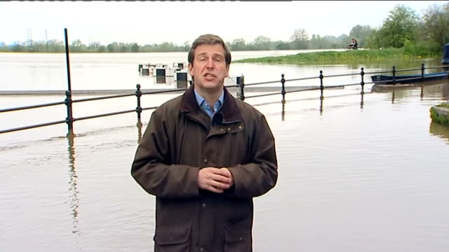 vidéos et rushes de flooding in england and wales / continued drought measures reporter to camera [standing up to knees in water] dave britton interview sot... - indication de direction