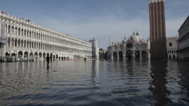 vídeos de stock, filmes e b-roll de flooding in venice - veneziana
