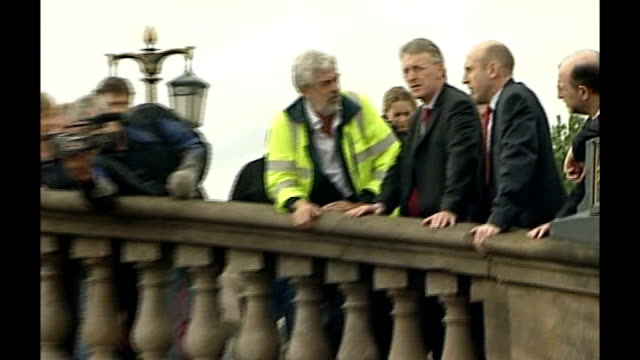 large areas of britain badly affected political response worcestershire worcester hilary benn mp standing on bridge with others overlooking swollen... - 見渡す点の映像素材/bロール