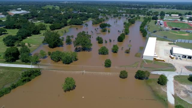 vídeos y material grabado en eventos de stock de inundaciones en carretera después de huracán vista aérea drone de harvey - gulf coast states