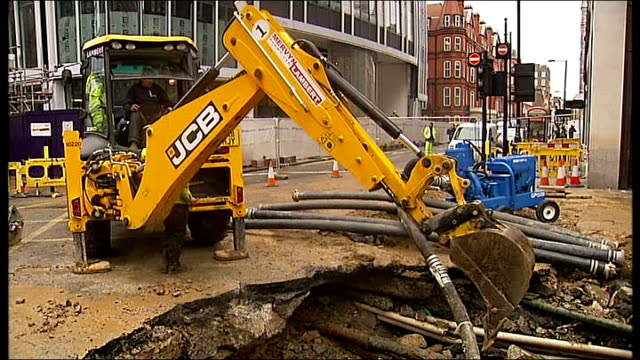 stockvideo's en b-roll-footage met flooding: oxford street flooded after water main bursts; day simon evans interview sot - dramatic when a big pipe like this bursts digger being used... - bord weg afgesloten
