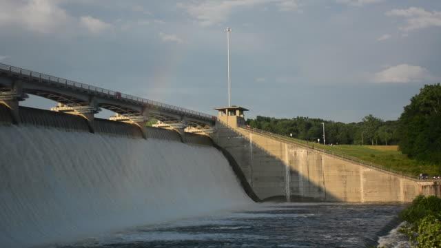 ws flooding water and rainbow at hoover dam on big walnut creek - hoover staudamm stock-videos und b-roll-filmmaterial