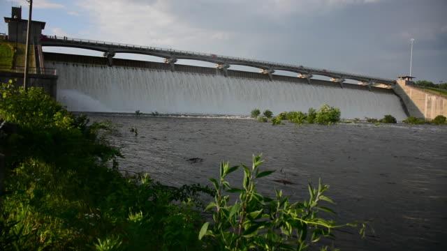 ws flooding water at hoover dam on big walnut creek - hoover staudamm stock-videos und b-roll-filmmaterial