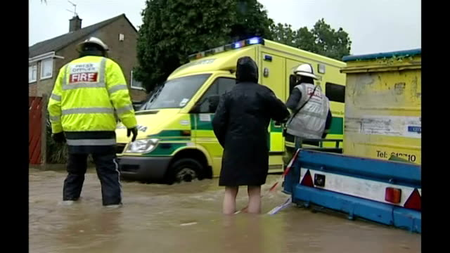 yorkshire hull ext lorry driving along road thru heavy floods shaky camera hessle astral close cyclist cycling bike away thru floodwater firefighters... - 2007 stock-videos und b-roll-filmmaterial