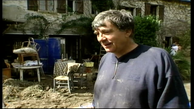 clear up int resident geoffrey haley showing smith his flood damaged kitchen flood damaged kitchen geoffrey haley interviewed sot i think the most... - amfibiefordon bildbanksvideor och videomaterial från bakom kulisserna