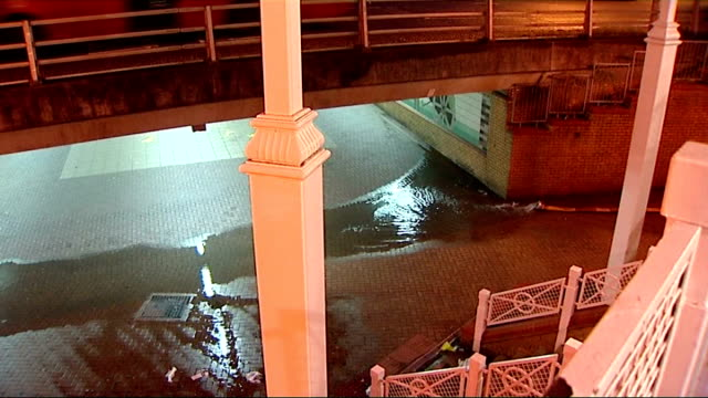 vídeos de stock e filmes b-roll de floods in london and south east england; 8.2.1014 croydon: ext / night high angle view water being pumped from pipe into purely cross underpass gv... - croydon inglaterra