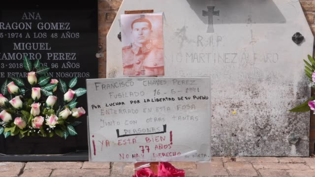stockvideo's en b-roll-footage met a floral tribute remembering a victim executed by franco's regime is seen at the cementery of paterna on august 28 2018 in paterna spain according to... - graven
