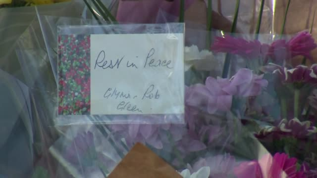 floral tributes outside the park in harold hill romford where teenage girl jodie chesney was fatally stabbed - stechen stock-videos und b-roll-filmmaterial