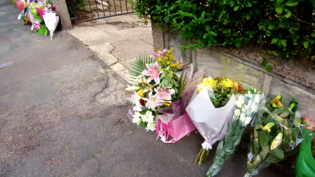 vídeos y material grabado en eventos de stock de floral tributes stand outside the home of murdered midwife samantha eastwood in greenside avenue on august 9 2018 in stoke on trent england midwife... - luto
