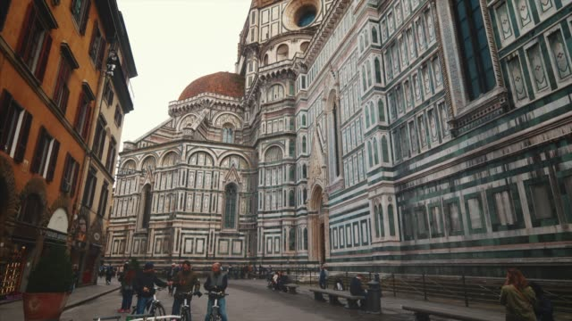 florence cathedral is a huge church building on piazza del duomo in florence, italy - kuppeldach oder kuppel stock-videos und b-roll-filmmaterial