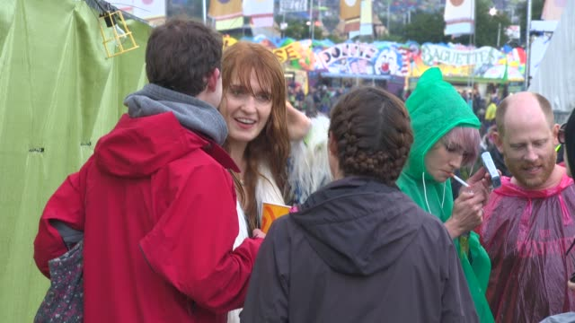 florence welch at celebrity sightings at glastonbury festival at glastonbury festival site on june 27, 2014 in glastonbury, england. - celebritet bildbanksvideor och videomaterial från bakom kulisserna
