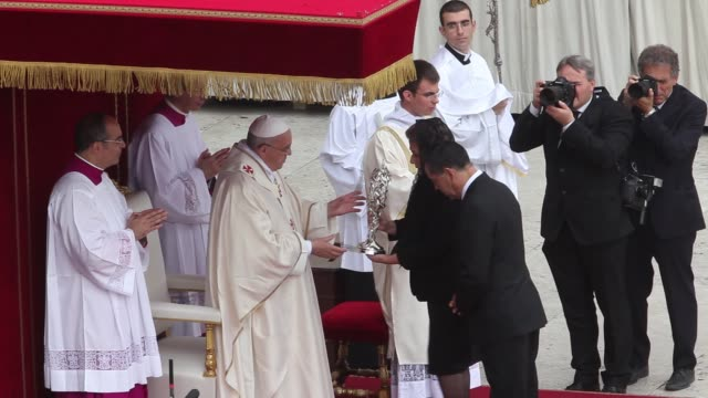 stockvideo's en b-roll-footage met floribeth mora diaz carries relics of pope john paul ii at pope john paul ii and pope john xxiii are declared saints during a vatican mass at st... - pope john xxiii