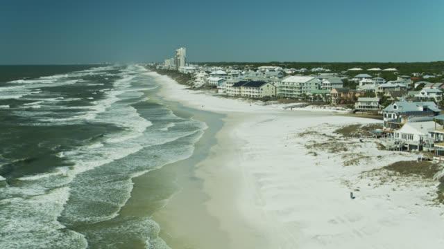 stockvideo's en b-roll-footage met florida gulf coast stranden en huizen langs highway 30a - luchtfoto - golf van mexico