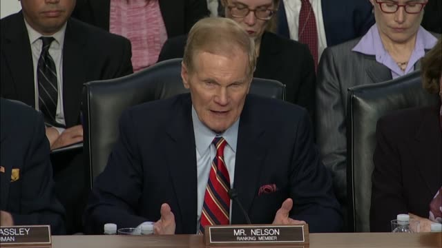 vídeos y material grabado en eventos de stock de florida senator bill nelson tells facebook ceo mark zuckerberg at a joint hearing on data privacy that if social media companies to not get their act... - senador
