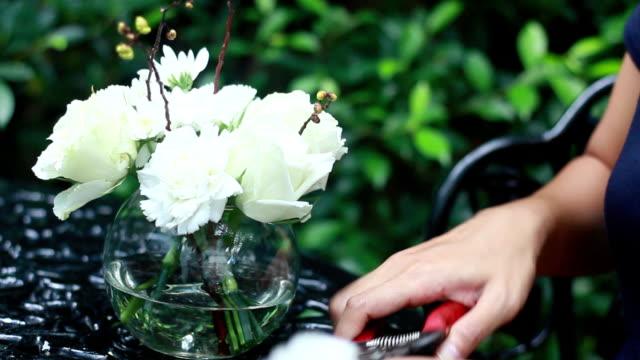 vídeos de stock e filmes b-roll de florista no trabalho - ramo parte de uma planta