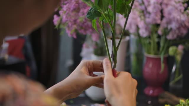 花屋が花束を準備している - フローリスト点の映像素材/bロール
