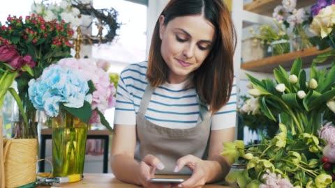 vídeos y material grabado en eventos de stock de floreria con su teléfono inteligente. - pequeña empresa