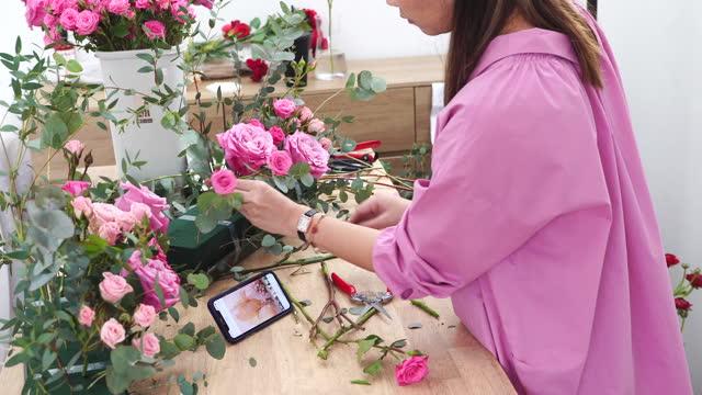 stockvideo's en b-roll-footage met de vrouw van de bloem maakt een bloemstuk bij bloemwinkel, kleine zaken - cadeau