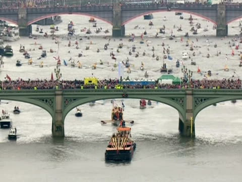 flotilla passing under southwark bridge during the thames diamond jubilee pageant - beauty contest stock videos and b-roll footage