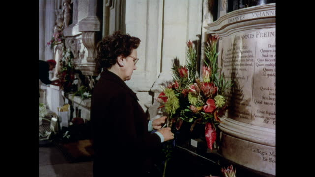 MONTAGE Flower arrangement in Westminster Abbey in London / United Kingdom