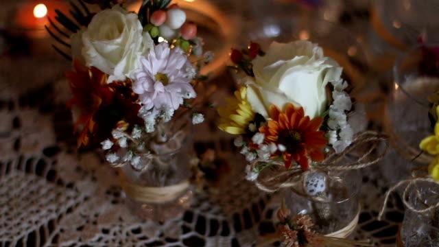 vídeos de stock e filmes b-roll de flower decoration on a table at a wedding - trílio