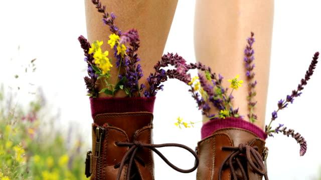 vídeos y material grabado en eventos de stock de flor en botas caminar en mis zapatos - miembro humano