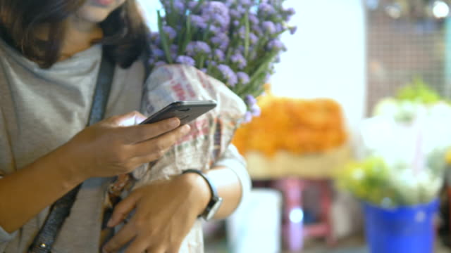 flower market : women using smartphone at night - selling stock videos & royalty-free footage