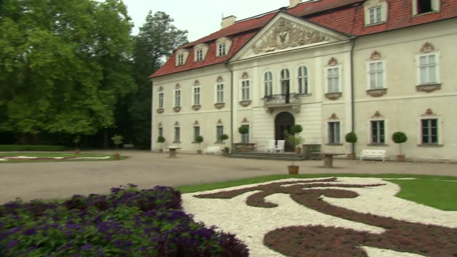 flower parterre in front of nieborow palace - ペディメント点の映像素材/bロール