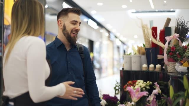 vídeos de stock e filmes b-roll de flower shop - florista