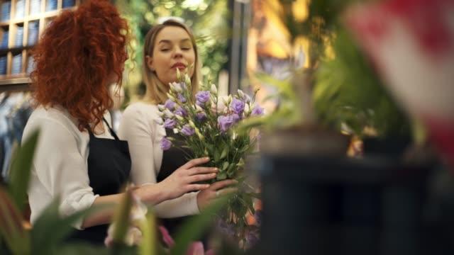 vídeos de stock, filmes e b-roll de floricultura - bouquet