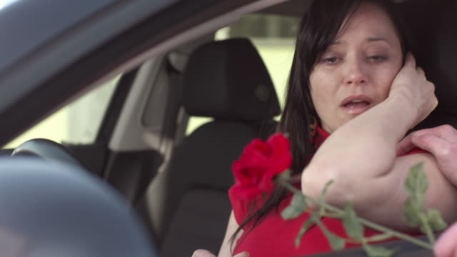 stockvideo's en b-roll-footage met hd: flower solving relationship problems - mid volwassen koppel