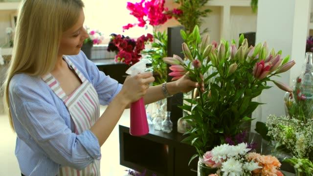 vídeos y material grabado en eventos de stock de taller de flores - delantal