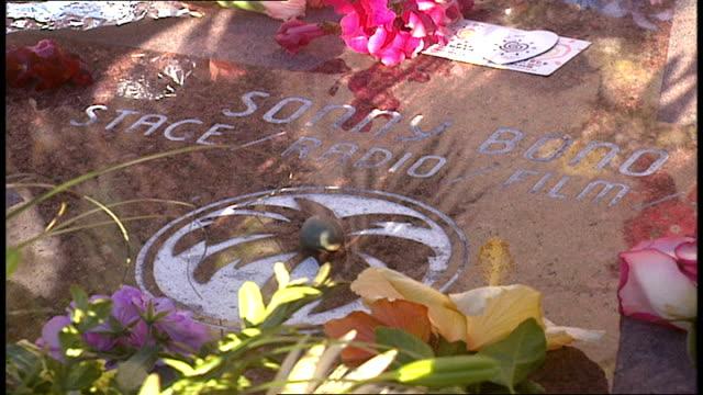 vidéos et rushes de flowers and memorial at sonny bono plaque in palm springs california - plaque rue