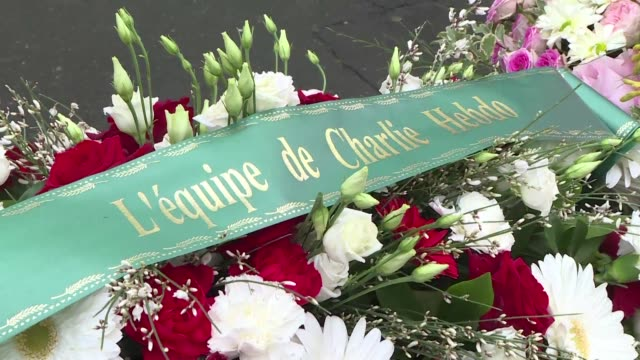 vídeos de stock, filmes e b-roll de flowers are laid in front of charlie hebdo's former offices in paris at the start of a day of tribute four years after brothers cherif and said... - sátira