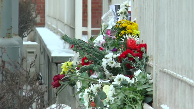 vídeos de stock, filmes e b-roll de flowers are placed in commemoration of the victims of the attack on french satirical magazine 'charlie hebdo' in front of the french embassy in... - sátira