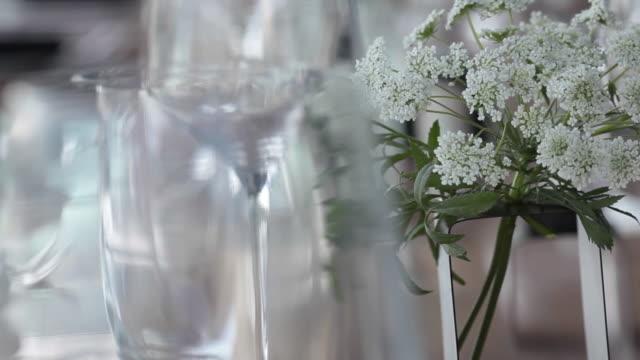 テーブル設定で花 - テーブル点の映像素材/bロール