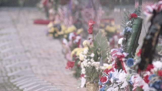 flowers line the vietnam veterans memorial. - vietnam veterans memorial video stock e b–roll