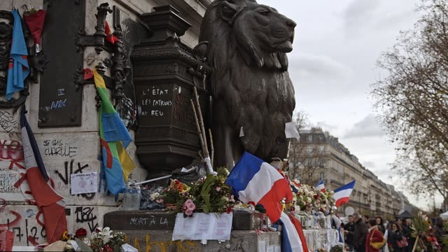 vidéos et rushes de flowers messages and candles paying tributes to victims of terrorism in paris france - respect