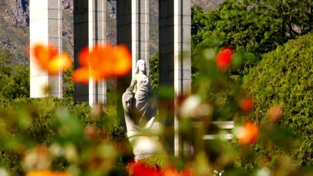 vídeos y material grabado en eventos de stock de ws flowers with huguenot monument in background / franschhoek/ western cape/ south africa - cabo winelands