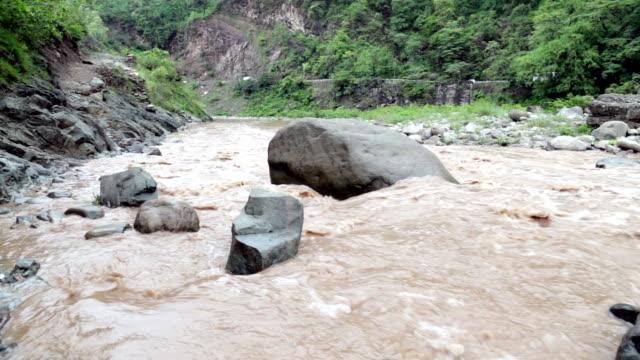 流れる川近くの高速道路 - 急流点の映像素材/bロール