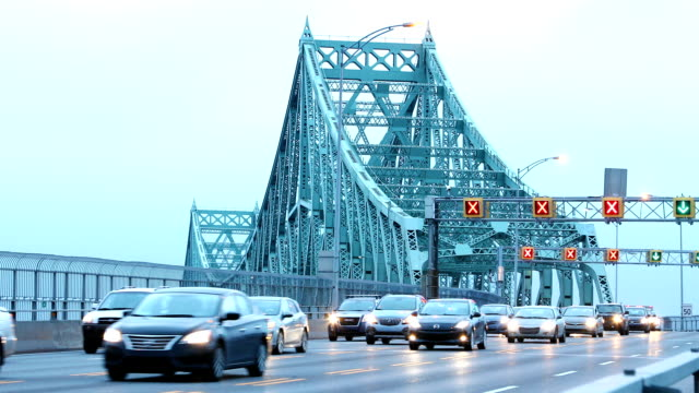 vídeos de stock e filmes b-roll de flowing traffic on montreal jacques-cartier bridge at dawn hd - montréal